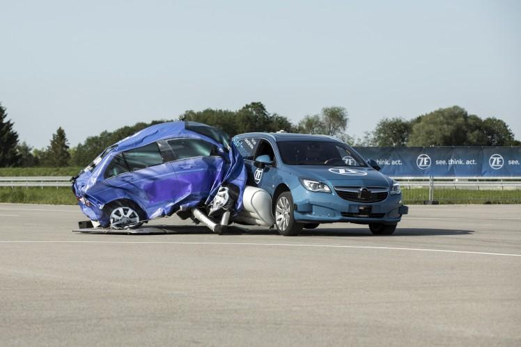 采埃孚展示全球首款预碰撞外置侧面安全气囊系统
