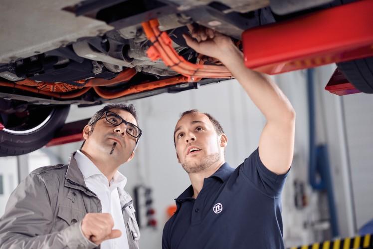 ZF bietet breites Ersatzteileportfolio für Elektroautos an