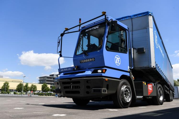 Autonomer Terminal Yard Tractor von ZF rangiert selbstständig Sattelauflieger