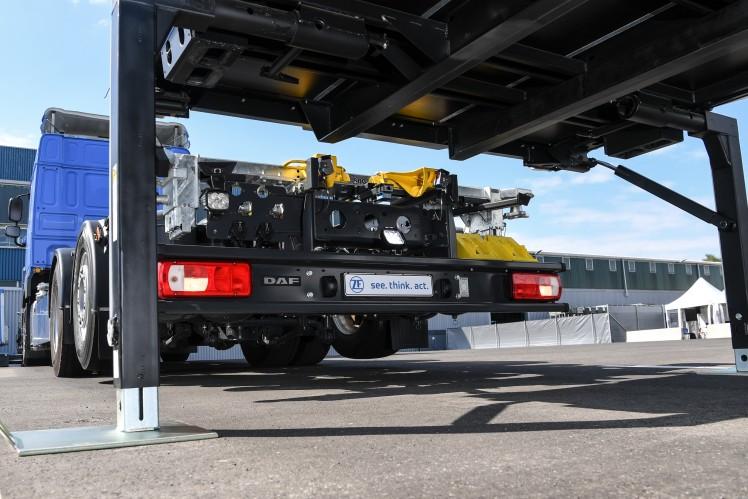 ZF Innovation Truck: Schwerer Lkw manövriert Wechselbrücken auf Betriebshof autonom und elektrisch